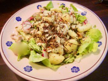 Sallad med stekt potatis, kyckling och avokado